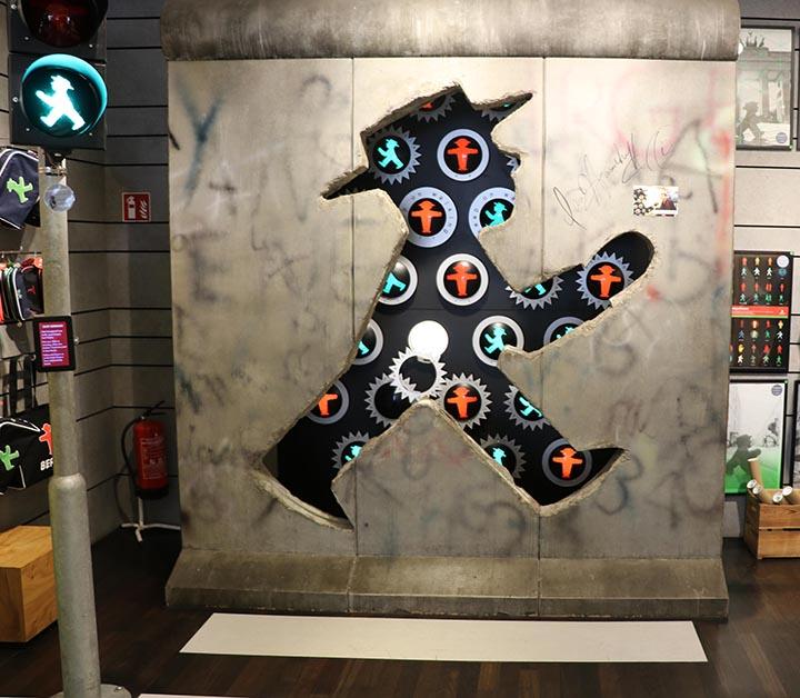 قطعة من جدار برلين فرغت على شكل رجل الإشارة