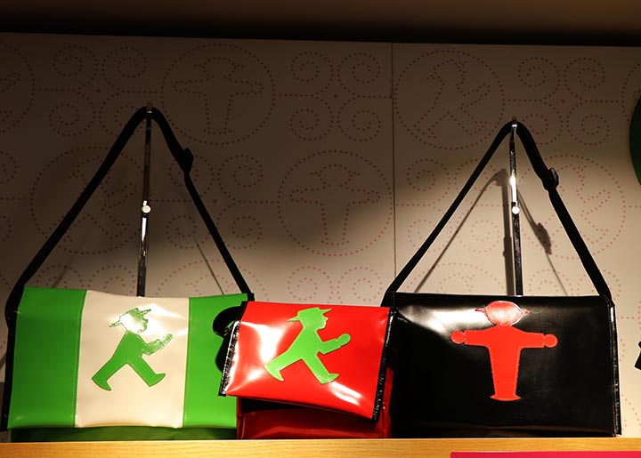 حقائب رجل الإشارة بالأحمر والأخضر