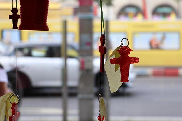 قلائد وحمالات مفاتيح على شكل رجل الإشارة