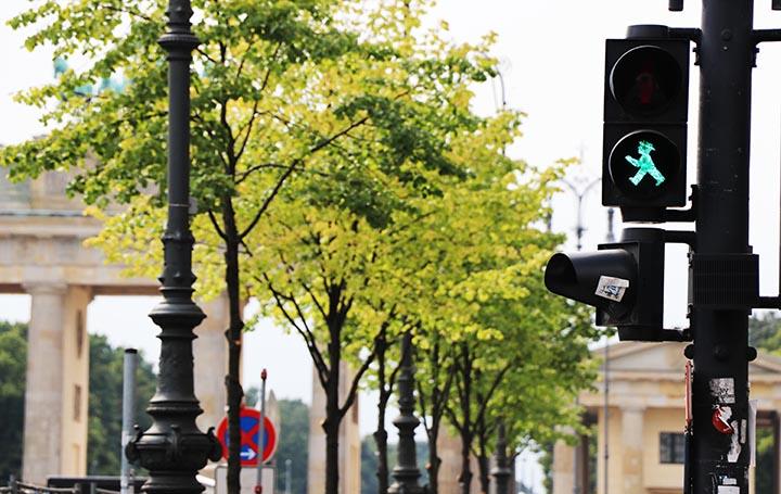 صورة توضح رجل القبعة ضمن إشارة المرور