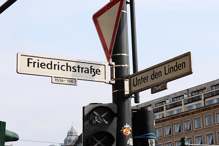 تقاطع الشارع حيث استخدم رجل القبعة في إشارة المرور لأول مرة