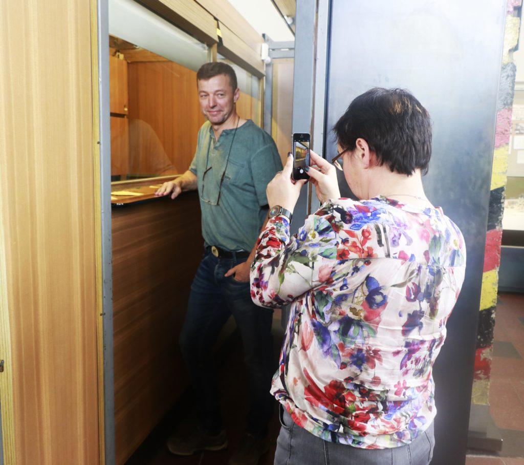زوج أحد الزوار تلتقط له صورة في المكان الذي عبر منه